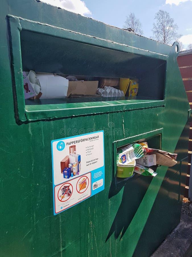 Hagfors, Suécia 23 de abril de 2019 Recipientes de reciclagem verdes sobre completo imagem de stock