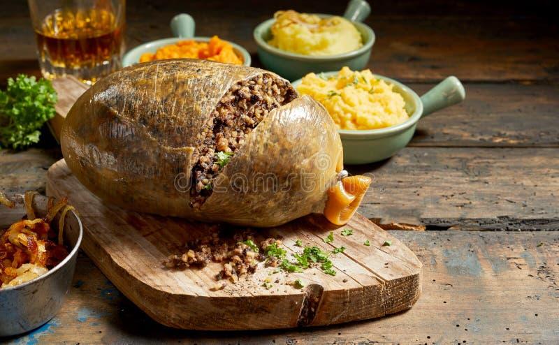 Haggis et légumes ouverts découpés en tranches cuits images stock