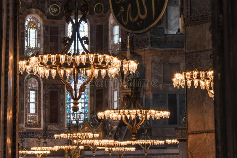 hagia inre istanbul som ber valentinen för s-sophiakalkon arkivbilder