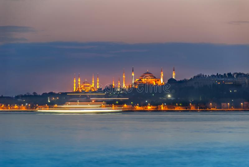 Hagia Sophia и мечеть Suleymaniye на голубом вечере с кораблем следуют стоковые фотографии rf