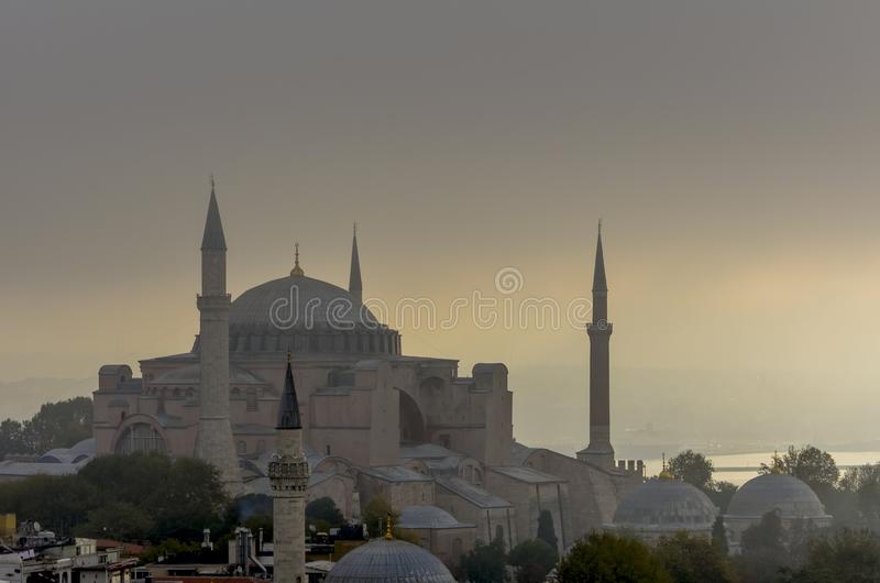 Hagia Sophia и Bosphorus в тумане утра раннего лета стоковые фотографии rf