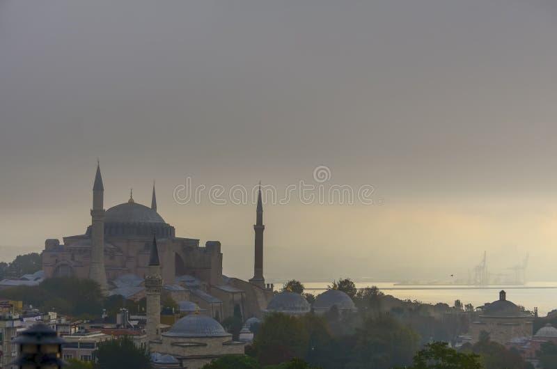 Hagia Sophia и Bosphorus в тумане утра раннего лета стоковые изображения rf