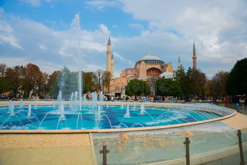 Hagia Sophia et la fontaine sur la place de Sultanahmet Basilique patriarcale chrétienne, mosquée impériale et maintenant un musé photo libre de droits