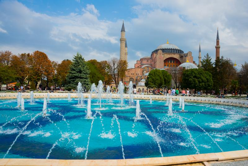 Hagia Sophia et la fontaine sur la place de Sultanahmet Basilique patriarcale chrétienne, mosquée impériale et maintenant un musé images stock