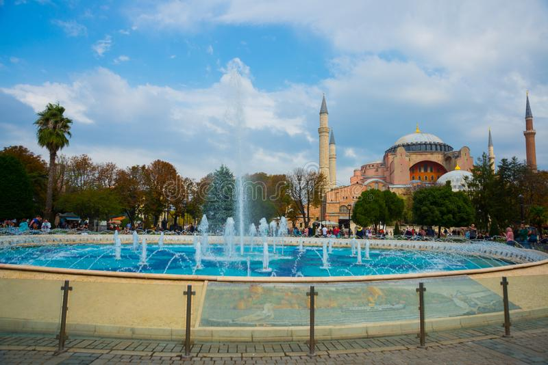 Hagia Sophia et la fontaine sur la place de Sultanahmet Basilique patriarcale chrétienne, mosquée impériale et maintenant un musé images libres de droits