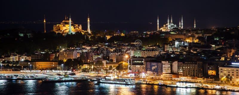 Hagia Sophia och blå moské vid natt royaltyfria foton