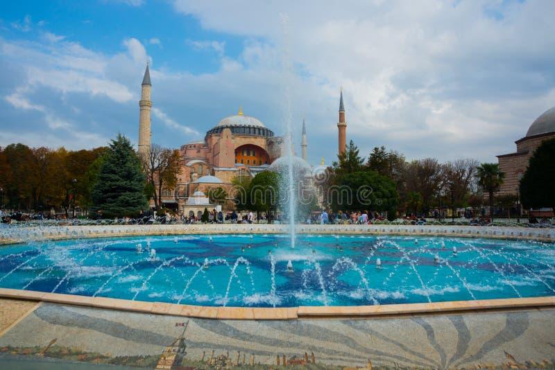 Hagia Sophia och springbrunnen på den Sultanahmet fyrkanten Kristen patriark- basilika, imperialistisk moské och nu ett museum Is arkivfoto