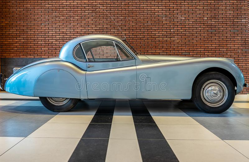 HAGUE/NETHERLANDS-JUNE 24, 2018: boczny widok klasyczna jaguara XK 120 terenówka To jest bardzo rzadki kopia ten samochód obraz royalty free