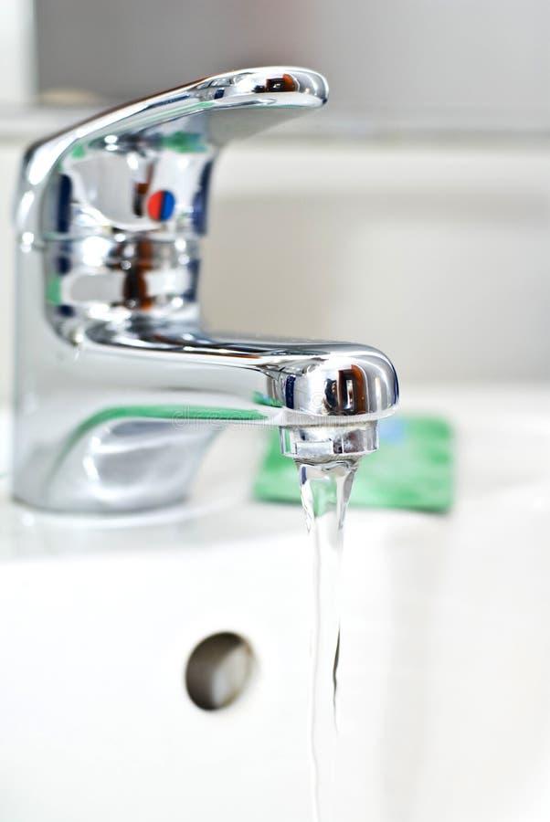 Hahn des flüssigen Wassers lizenzfreies stockfoto