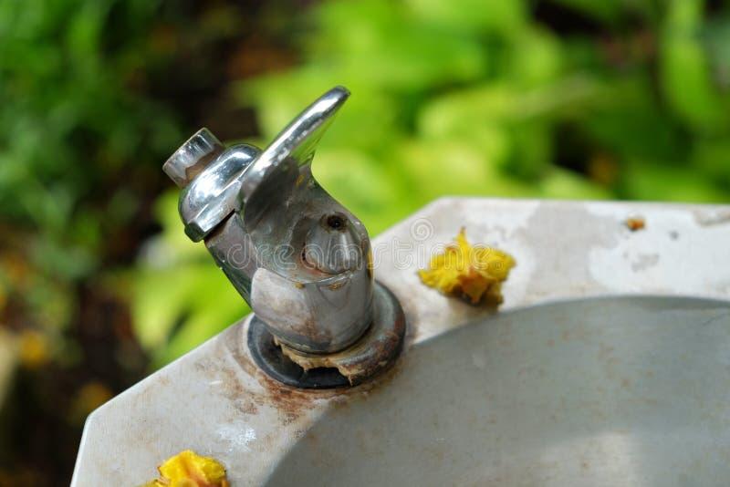 Hahn für freies Trinkwasser im allgemeinen Park lizenzfreie stockfotografie
