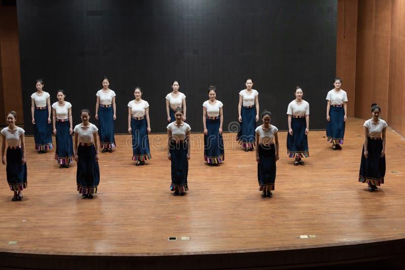 Hahnaktion 1-Chinese tibetanischer Tanz - Unterrichtswiederholung auf Tanzabteilungsniveau lizenzfreie stockbilder