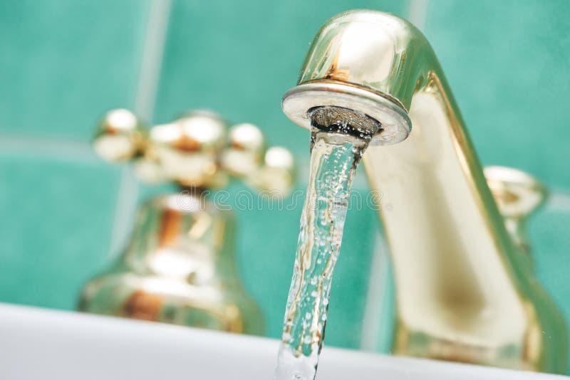 Hahnhahn mit flüssigem Wasser lizenzfreies stockbild