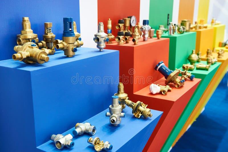 Hahnventile und -installationen auf Ausstellung stockbilder