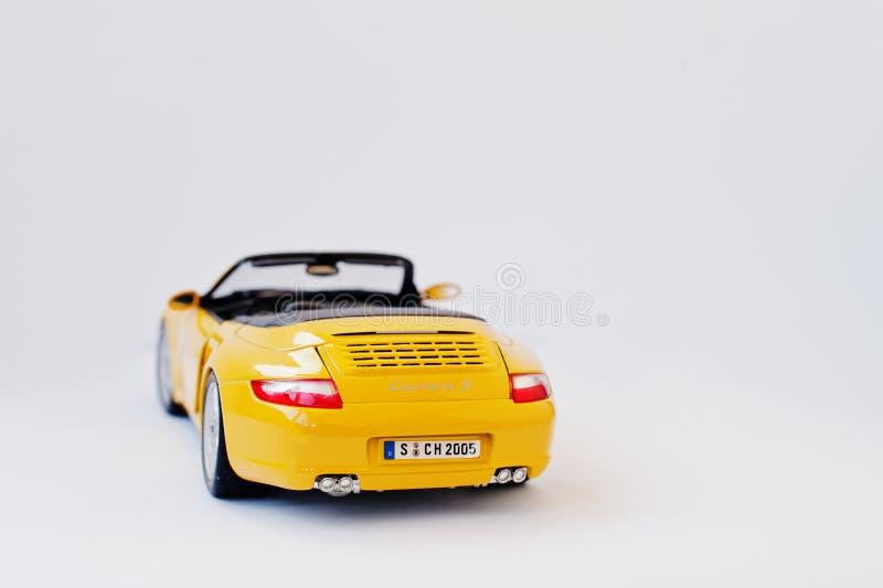 Hai, Ukraine - 1. März 2017: Minikopie des gelben Spielzeugautos Porsch lizenzfreies stockfoto