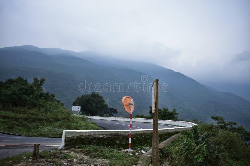 Hai Van Проходить Гора прибрежная дорога в Вьетнаме стоковые изображения rf
