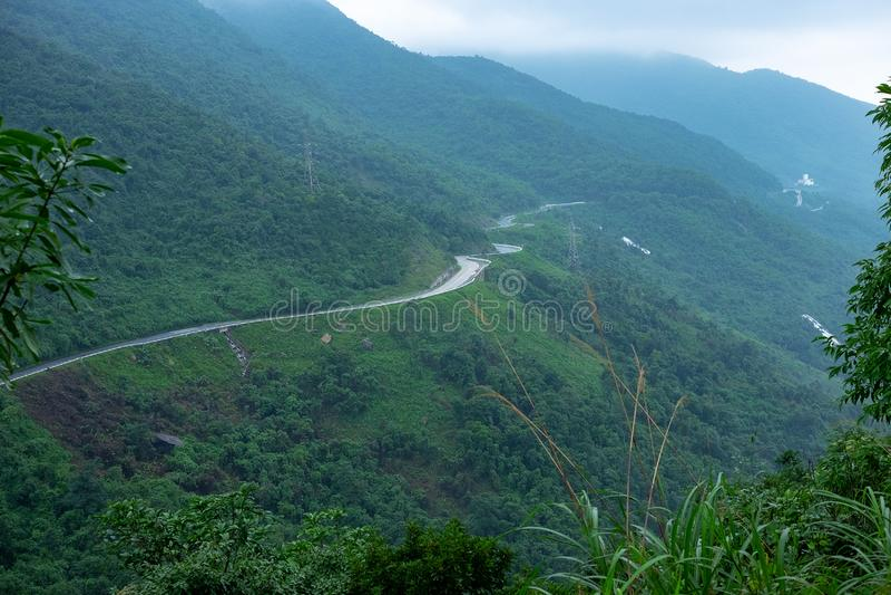 Hai Van Pass, DA Nang, Βιετνάμ Ένας όμορφος δρόμος που οδηγεί με τη μοτοσικλέτα, τις πολύ συμπαθητικές καμπύλες, τις στροφές και  στοκ φωτογραφία