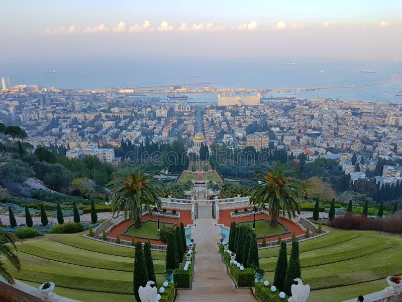 Haifa av den Bahà ¡ 'Ãen arbeta i trädgården uppifrån royaltyfria bilder