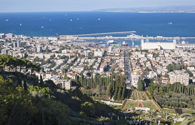 Haifa Bay och port och Bahai trädgårdar i Israel arkivfoto