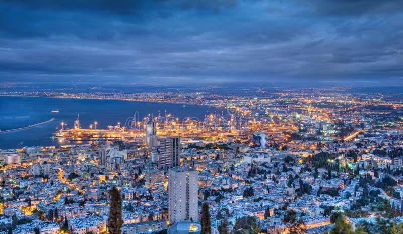 Haifa bij nacht stock foto's