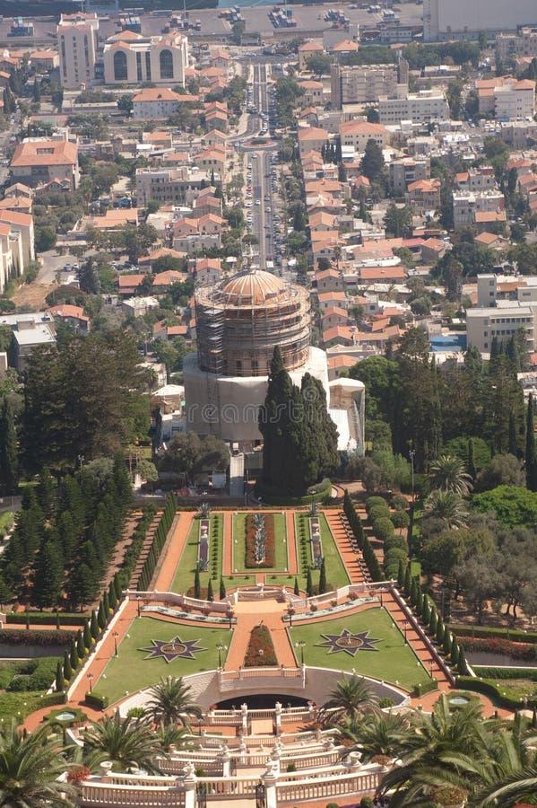 Haifa, Israël 16 augustus 2009 het graf van Bab, zoals die vanaf de bovenkant van Bahai wordt gezien tuiniert stock afbeeldingen