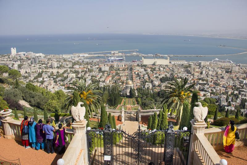 HAIFA, ISRAËL 19 Oktober, 2017: Toeristen in Bahai-tuinen, Haifa, Israël royalty-vrije stock foto