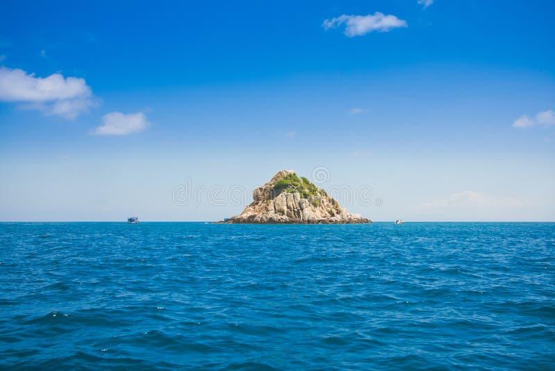 Haifischinsel und blauer Ozean- und klarerhimmel im KOH Tao ist ein populärer Unterwasseratemgerät-Antrieb auf schönem szenischem stockfotografie