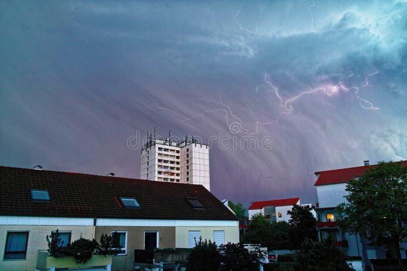 Hailstorm et foudre au-dessus de zone résidentielle photos stock