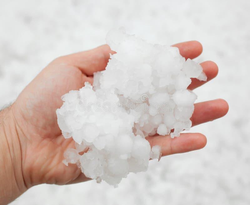 Hailstorm nella mano fotografia stock