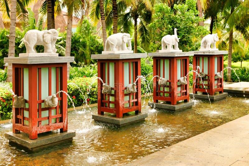 Hainan Kina - Juni 29, 2018: Elefant-formade springbrunnar med lyftta stammar från vilka vattenflöden på den huvudsakliga ingånge arkivfoto