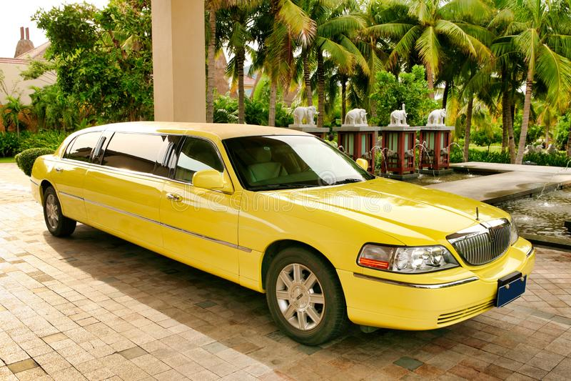 Hainan Kina - Juni 29, 2018: Gul Lincoln limousine som parkeras på den huvudsakliga ingången för Kempinski hotel's fotografering för bildbyråer