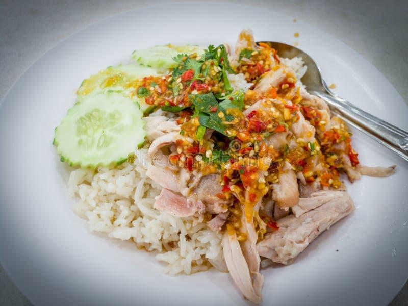 Hainanese-Hühnerreis, gedämpfter Kapaun in gewürztem Reis, Draufsicht, zurückhaltend stockfoto