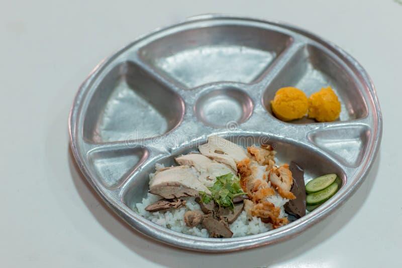 Hainanese Hühnerreis mit knusprigem Huhn Hühnerreis, thailändischer Feinschmecker, gedünstetes Huhn mit Reis mit Knoblauch servie stockfotografie