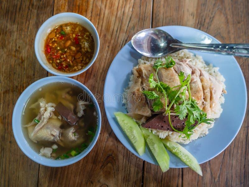 Hainanese-Hühnerreis, thailändischer Feinschmecker dämpfte Huhn mit Reis, Bohnensoße und Suppe stockfotos