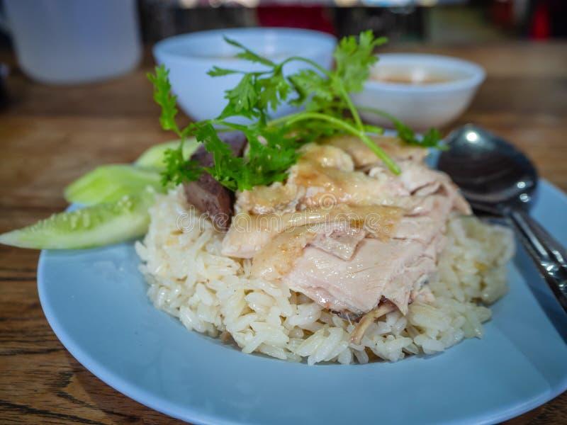 Hainanese-Hühnerreis, thailändischer Feinschmecker dämpfte Huhn mit Reis, Bohnensoße und Suppe lizenzfreie stockfotografie
