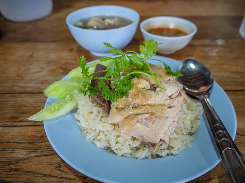 Hainanese-Hühnerreis, thailändischer Feinschmecker dämpfte Huhn mit Reis, Bohnensoße und Suppe stockbilder