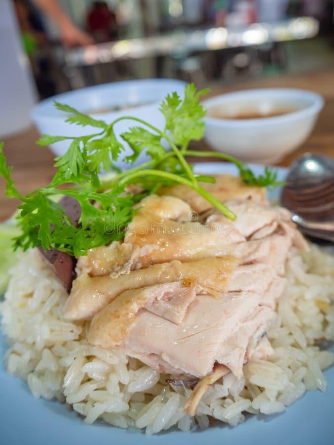 Hainanese-Hühnerreis, thailändischer Feinschmecker dämpfte Huhn mit Reis, Bohnensoße und Suppe stockbild