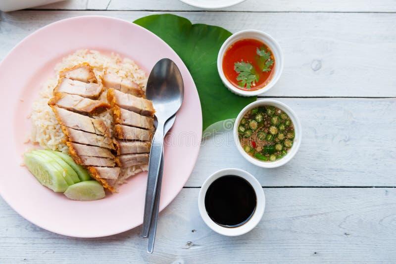Hainanese ryż z crispy wieprzowiną, Tajlandzki smakosz dekatyzowali crispy po obraz stock
