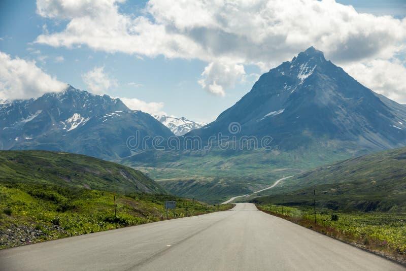 Haines Road från Haines Junction, Yukon till Haines, Alaska royaltyfri foto
