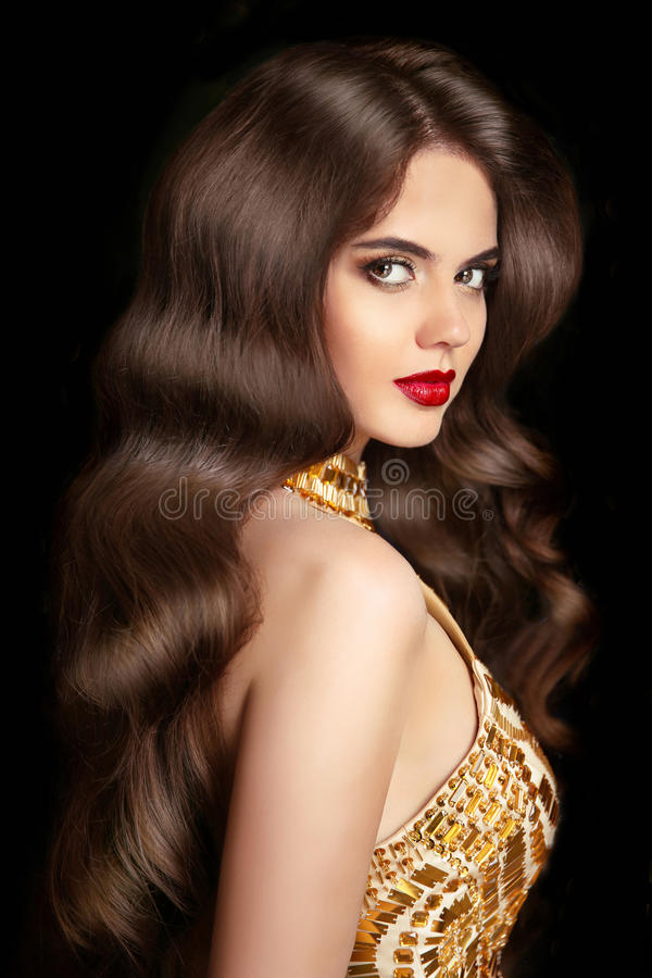 hairball makeup Piękna brunetki dziewczyna z długimi falistymi błyszczącymi hairs obrazy royalty free