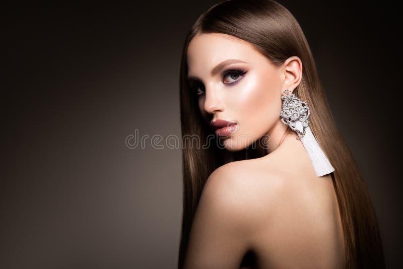 hairball Piękno kobieta z Bardzo Tęsk Zdrowy i Błyszczący Gładki Brown włosy Wzorcowej brunetki Wspaniały włosy fotografia stock