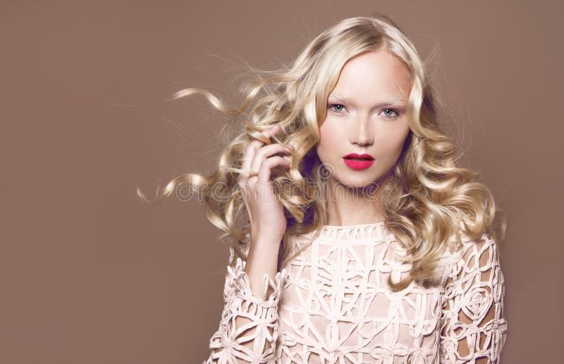 hairball Piękno kobieta z Bardzo Tęsk Zdrowy i Błyszczący Kędzierzawy Czerwony włosy obraz royalty free