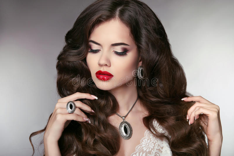 hairball Piękny model z elegancką falistą długą fryzurą Beautifu fotografia royalty free