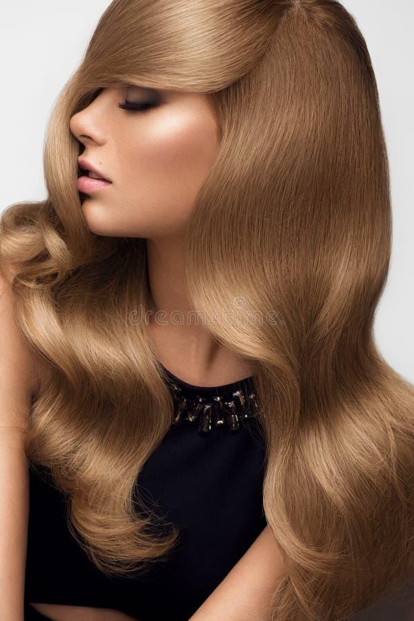 hairball Portret piękna blondynka z Długim Falistym włosy Wysoki qua obraz stock