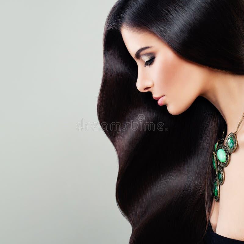 Haircare概念 有完善的头发的迷人的深色的妇女 库存图片