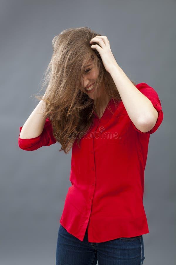 Haircare begrepp för gladlynt attraktiv ung kvinna arkivfoton