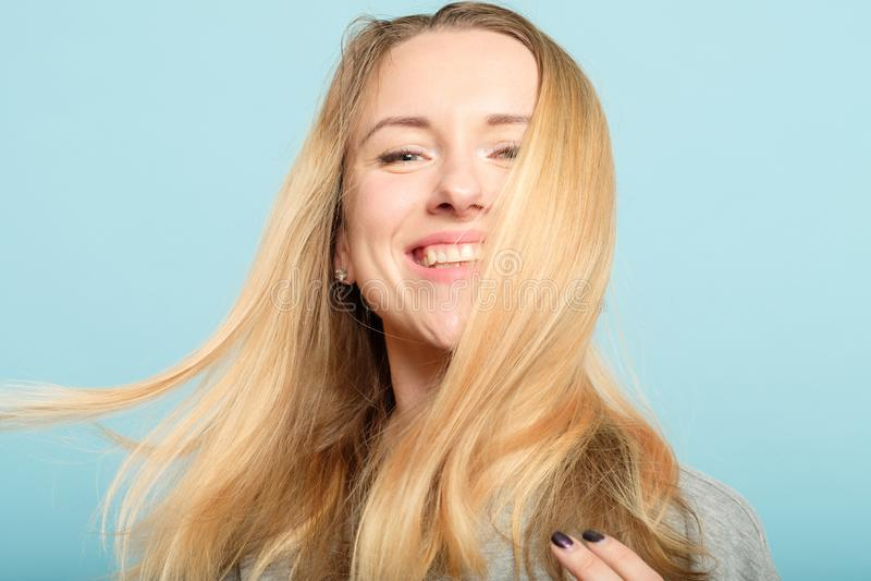 Haircare brilhante longo do bem-estar da beleza do cabelo da mulher imagem de stock royalty free