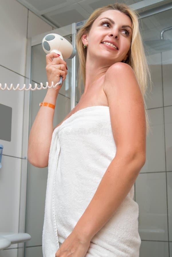 haircare Capelli di secchezza della bella donna dai capelli lunghi in bagno immagine stock libera da diritti