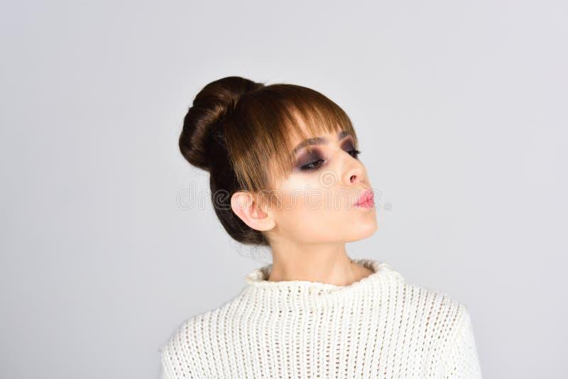 Haircare e conceito da beleza haircare da mulher bonito com composição no fundo cinzento foto de stock royalty free
