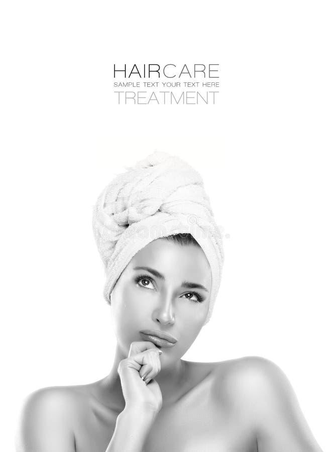 Haircare e conceito da beleza Mulher dos termas com uma expressão pensativa fotografia de stock royalty free