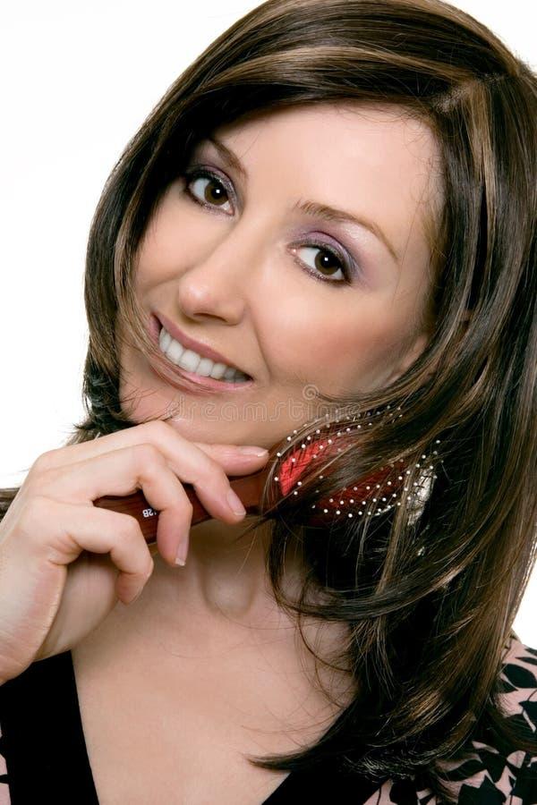 Haircare - Frau, die einen Hairbrush verwendet stockfotografie